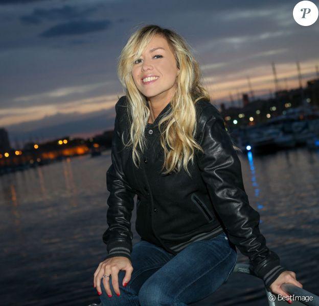Exclusif - Enora Malagré, sexy, pose sur un catamaran dans le port de Marseille le 4 avril 2014
