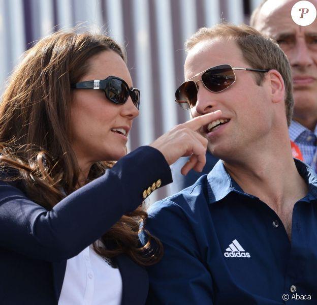 Pause sportive et amoureuse pour William et Kate, qui se fondent dans les gradins pour admirer une compétition équestre dans le cadre des J.O de Londres, en juillet 2012.