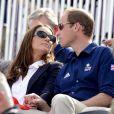 Amoureux comme au premier jour, Kate Middleton et le prince William profitent d'un moment de détente en regardant une compétition équiestre pendent les J.O de Londres. Juillet 2012