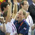 Quand l'euphorie gagne le couple royal ! Kate Middleton et le prince William explosent de joie pendant les J.O de Londres. Sans retenue, le jeune marié étreint sa belle parmi la foule et laisse exploser sa joie de jeune homme, fan de sport, devant la victoire du Britannique Chris Hoy à l'épreuve de cyclisme sur piste. Août 2012