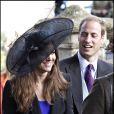 Fière de sa belle, le prince William lance un regard amoureux à sa promise, Kate Middleton. Octobre 2010, en marge d'un mariage.
