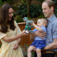 Le prince William, duc de Cambridge, Kate Catherine Middleton, duchesse de Cambridge, et leur fils le prince George visitent le zoo Taronga à Sydney, lors de leur visite officielle en Australie. Le 20 avril 2014. De jeunes parents heureux et amoureux.