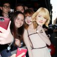 Emma Stone avec des fans à la première de The Amazing Spider-Man 2 au Ziegfeld Theater de New York, le 24 avril 2014.