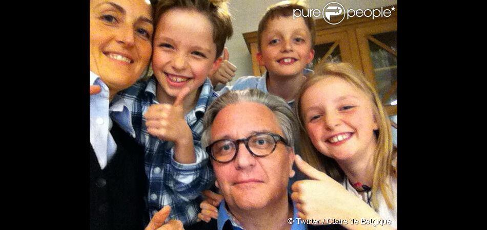 Selfie du prince Laurent en famille le 10 avril 2014, de retour à la Villa Clémentine après son hospitalisation, avec son épouse Claire et leurs enfants Louise, Nicolas et Aymeric