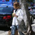 Jodie Foster porte fièrement son alliance dans les rues de Beverly Hills le 24 avril 2014. L'actrice s'est mariée en secret avec sa compagne Alexandra Hedison le week-end précédent