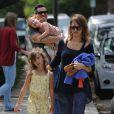 Jessica Alba, son mari Cash Warren et leurs filles Honor et Haven passent l'après-midi au parc à Beverly Hills, le 29 mars 2014.