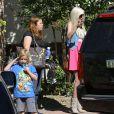 Exclusif - Tori Spelling et son mari Dean McDermott sortent de chez eux avec leur fils Liam à Los Angeles, le 28 avril 2014.