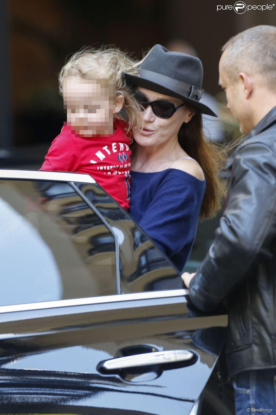 Nicolas Sarkozy, Carla Bruni et leur petite Giulia, quittent leur hôtel à Los Angeles, pour se rendre à l'aéroport LAX de Los Angeles, le 29 avril 2014.