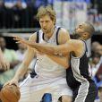 Dirk Nowitzki et Tony Parker lors du match Dallas Mavericks - San Antonio Spurs. Dallas, le 28 avril 2014.