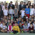 La princesse Letizia d'Espagne bien entourée le 30 avril 2014 à l'école Maria Moliner de Villanueva de la Canada, à Madrid, dans le cadre de ses missions pour la FEDER, la Fédération espagnole des maladies rares.