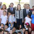 La princesse Letizia d'Espagne le 30 avril 2014 à l'école Maria Moliner de Villanueva de la Canada, à Madrid, dans le cadre de ses missions pour la FEDER, la Fédération espagnole des maladies rares.