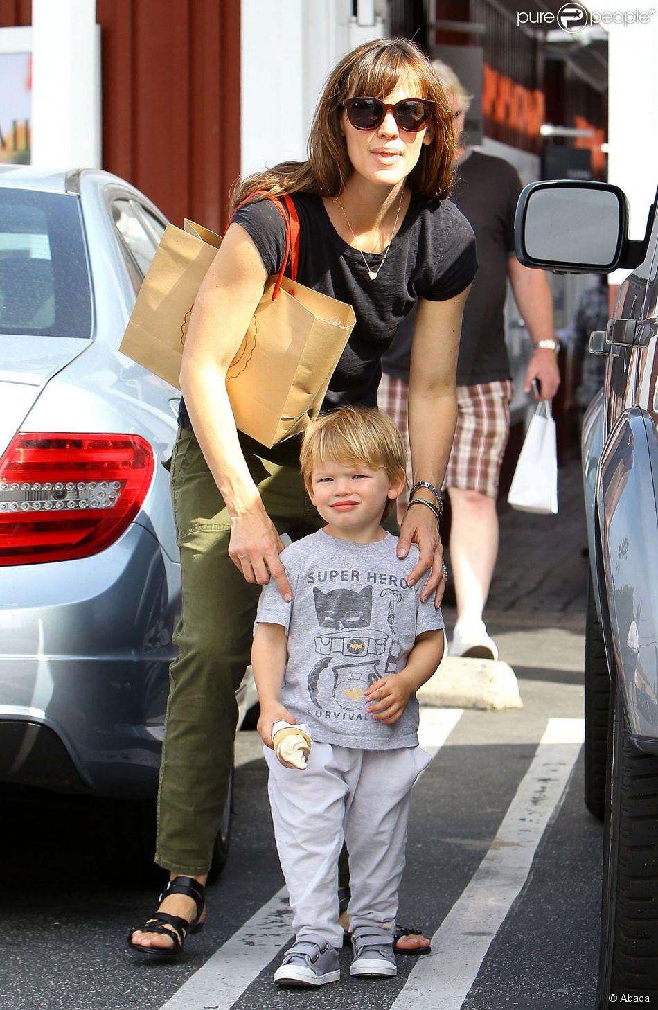 Jennifer Garner et Samuel   224  Brentwood  Los Angeles  le 3 mai 2014Jennifer Garner Kids Samuel