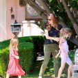 Jennifer Garner emmène ses enfants Violet, Seraphina et Samuel prendre une glace à Brentwood, Los Angeles, le 3 mai 2014. Ici avec ses deux filles, Violet et Seraphina