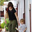 Jennifer Garner emmène ses enfants Violet, Seraphina et Samuel prendre une glace à Brentwood, Los Angeles, le 3 mai 2014. Ici, avec l'adorable petit Samuel