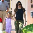 Jennifer Garner en compagnie de Violet, son aînée, le 3 mai 2014, à Brentwood, Los Angeles