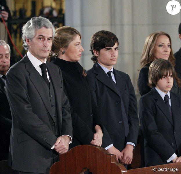 Adolfo Suarez Illana et sa famille (son épouse Isabel et leurs fils Adolfo et Pablo) lors des obsèques de son père Adolfo Suarez, le 31 mars 2014 à la cathédrale de la Almudena, à Madrid. Le jour de ses 50 ans, Adolfo Suarez Illana a révélé être atteint d'une tumeur à la gorge.