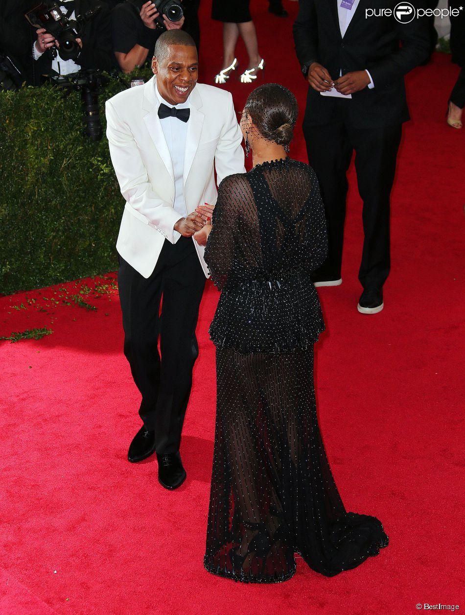 Jay-Z et sa femme Beyoncé Knowles ont fait sensation à leur arrivée au MET BAll 2014. Et pour cause, Jay-Z a passé la bague au doigt de sa belle, un bijou égaré sur le red carpet qu'il s'est empressé de ramasser pour le remettre en place sur les mains de son épouse.