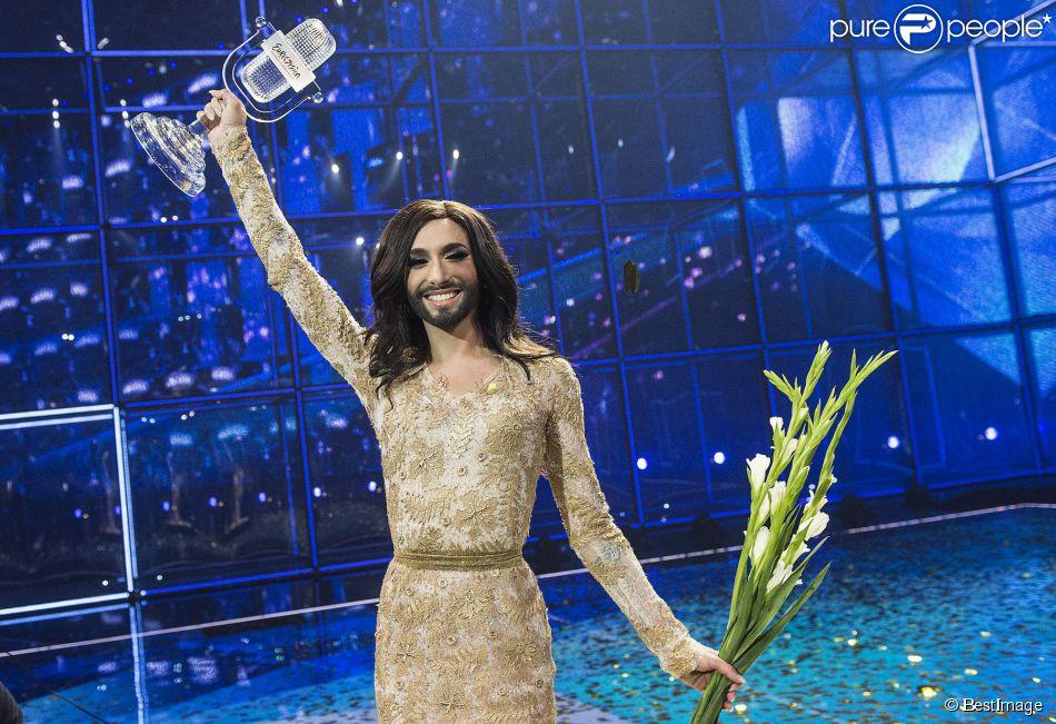 """Conchita Wurst, qui représente l'Autriche, remporte le concours de l'Eurovision 2014 lors de la finale à Copenhague, le 10 mai 2014, avec la chanson """"Rise like a Phoenix""""."""