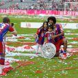 Dante et ses enfants célèbrent le titre de champion d'Allemagne avec le Bayern Munich le 10 mai 2014.
