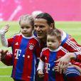 Daniel Van Buyten avec  Lou-Ann et Lee-Roy, et Arjen Robben avec Luka et Lynn,  leurs enfants respectifs, fêtent le titre de champion d'Allemagne du Bayern Munich avec leurs enfants le 10 mai 2014.