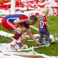 Frank Ribery et Kai, le fils d'Arjen Robben, fêtent le titre de champion d'Allemagne avec le Bayern Munich le 10 mai 2014.