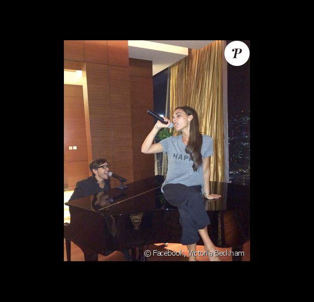 Victoria Beckham reprend la chanson dans sa chambre d'hôtel à Singapour, en compagnie de son coiffeur Ken Paves au piano.