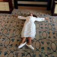 Victoria Beckham, en robe de chambre et pantoufles, allongée dans sa chambre d'hôtel de Singapour.