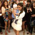 Victoria Beckham rencontre les modeuses de Singapour et tombe sous le charme d'un adorable bébé.