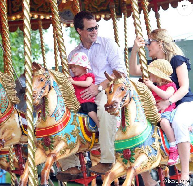 Petit tour de manège pour Peter Phillips et sa femme Autumn avec leurs filles Savannah (3 ans) et Isla (2 ans) au Royal Windsor Horse Show le 17 mai 2014.
