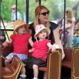 Savannah et Isla Phillips prennent le petit train avec leur maman Autumn au Royal Windsor Horse Show le 17 mai 2014.