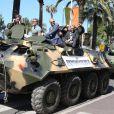"""Dolph Lundgren, Jason Statham, Harrison Ford - Les acteurs du film """"Expendables 3"""" arrivent à bord d'un char militaire devant l'hôtel Carlton pour le photocall du film dans le cadre du 67ème festival du film de Cannes, le 18 mai 2014."""