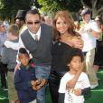Toni Braxton avec son ex-mari Keri Lewis et leurs enfants, Denim et Diezel, à Los Angeles, le 26 octobre 2008.