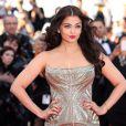 """L'actrice Aishwarya Rai, divine en Roberto Cavalli - Montée des marches du film """"Deux jours, une nuit"""" lors du 67e Festival du film de Cannes, le 20 mai 2014."""