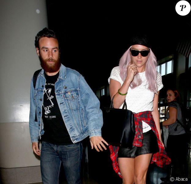 Kesha avec son nouveau boyfriend Brad arrive à l'aéroport de Los Angeles, le 22 mai 2014.