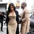 """Kim Kardashian et Kanye West sont allés visiter l'école de """"Profession Dessin Industriel"""" rue Saint-Maur à Paris. Kanye West ne semble pas apprécier la présence des photographes. Le 21 mai 2014"""