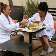 Exclusif - Carméla et Véronique prennent un petit déjeuner.