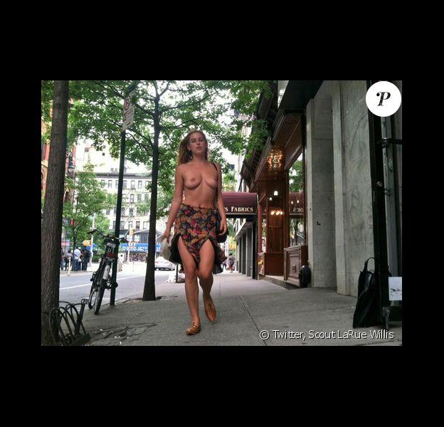 Scout LaRue Willis a publié des photos d'elle seins nus dans les rues de New York le 27 mai 2014 pour protester contre la politique de censure menée par Instagram.