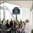 Inauguration d'une plaque pour Coluche en présence de Véronique Colucci et ses fils, Romain et Marius, à Pars le 29 octobre 2006.
