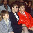 Véronique Colucci et ses fils, Marius et Romain, le jour de l'enterrement de Coluche le 24 juin 1986.