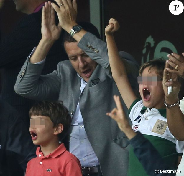 Dany Boon avec ses fils Eytan et Elia lors du match France-Jamaïque à Lille le 8 juin 2014.