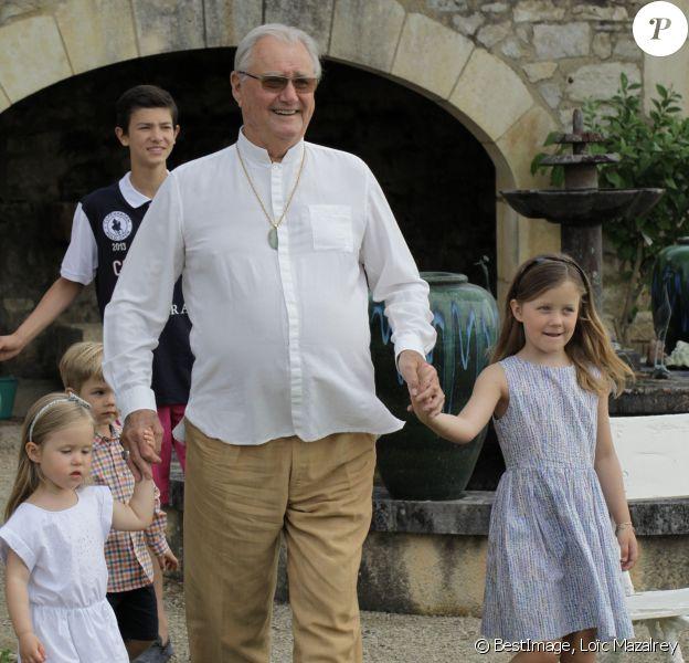 Le prince Henrik de Danemark est arrivé devant les photographes en tenant la main de ses petites-filles Josephine et Isabella, et suivi de toute sa famille, lors de ses 80 ans le 11 juin 2014 au Château de Cayx (Lot)
