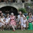 La famille royale a sagement posé pour les photographes pour les 80 ans du prince Henrik de Danemark, fêtés le 11 juin 2014 au Château de Cayx (Lot) : Joachim, Athena, Felix, Marie, Henrik, Nikolai, Margrethe, Henrik, Isabella, Mary, Christian et Frederik.