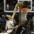 Manu Ginobili et les Spurs de San Antonio ont décroché le cinquième titre NBA de leur histoire en s'imposant face au Heat de Miami (104-87), dans leur salle du AT&T Center lors du match 5 des finales, le 15 juin 2014
