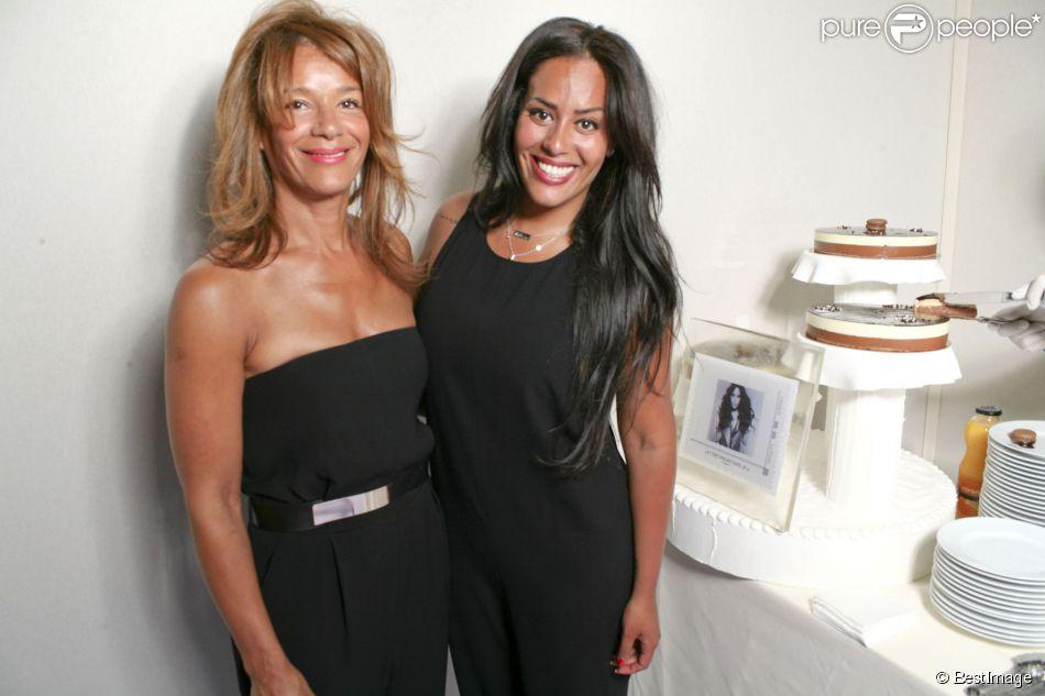 Amel Bent fête son 29ème anniversaire en compagnie de sa mère au salon du timbre de Paris au Parc Floral de Vincennes, où un timbre à son effigie a été dévoilé, le 21 juin 2014.