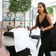 Kim Kardashian, stylée en combinaison et souliers noirs pour emmener sa fille North chez le pédiatre. Beverly Hills, le 24 juin 2014.