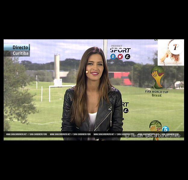 C'est donc l'autre compétition que se livrent les chaînes pendant le Mondial : qui aura la plus jolie présentatrice ? Et à ce petit jeu, Telecinco en Espagne s'en sort évidemment très bien avec LA journaliste sportive la plus connue du moment : Sara Carbonero. Maman d'un petit Martin né en janvier dernier, elle est revenue - avec une silhouette parfaite - pile à temps pour le Mondial. Malheureusement, tout ne s'est pas passé comme prévu puisque son amoureux Iker Casillas, auteur de plusieurs bourdes, s'est piteusement fait éliminer avec la Roja au premier tour... Lo siento, Sara.