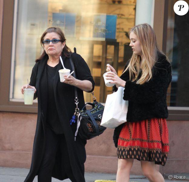 Carrie Fisher se promenant avec sa fille Billie Lourd (dont le père est Bryan Lourd) à New York le 6 mai 2012