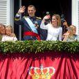 Felipe VI au balcon du Palais Royal après sa proclamation en tant que nouveau roi d'Espagne avec la reine Letizia à Madrid le 19 juin 2014.