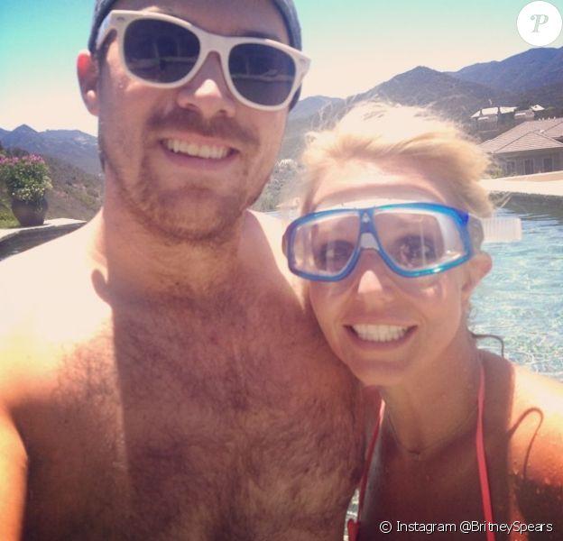 Britney Spears pose avec David Lucado près de sa piscine à Los Angeles, le mercredi 2 juillet 2014.