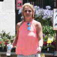 Exclusif - Britney Spears achète des fleurs en compagnie de son garde du corps à Los Angeles, le 24 juin 2014.